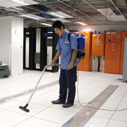 Data centre above-floor cleaning with vacuum